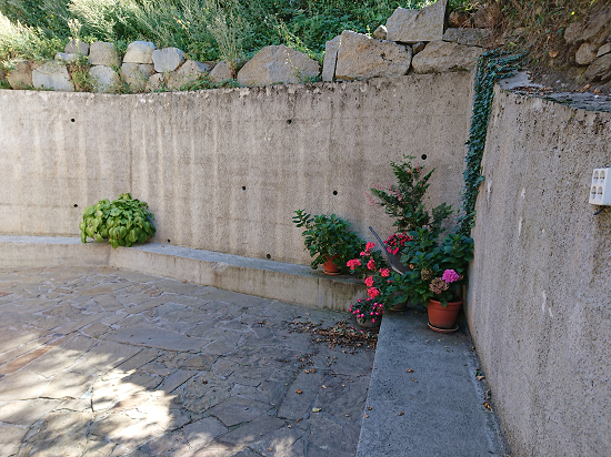 Bancada en jardín de CASA