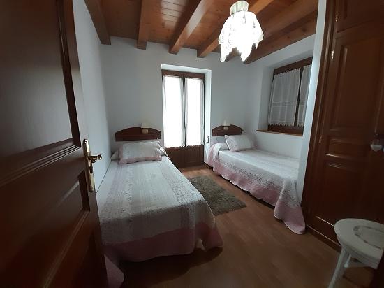 Habitació amb dos llits a la 1a planta de CASA
