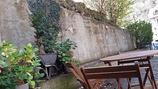 Taula de jardí i cadires a la casa del Cap de la Vila
